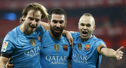 Rakitic, Arda e Iniesta festejan un gol.