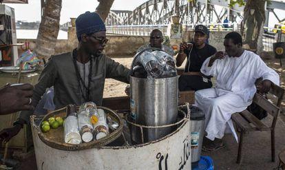 A los pies del puente Faidherbe se prepara wergui, un bebida caliente a base de jengibre, mucho azúcar, limón, agua y una planta local.
