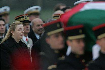Suha Arafat mira el féretro de su esposo, transportado por la guardia de honor francesa en la base de Villacoblay.