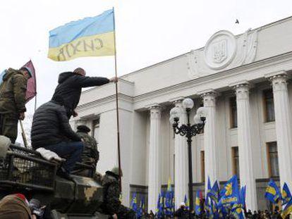 Manifestantes antes el parlamento ucranio, este jueves en Kiev.