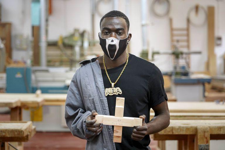 Mohamed, guineano de 19 años que llegó siendo menor en patera a Almería, aprende carpintería en Carabanchel