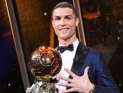 Cristiano Ronaldo posa con el Balón de Oro durante la ceremonia de entrega del trofeo en París.