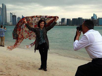 Varios turistas se fotografían en Abu Dhabi.