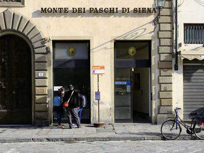 Clientes usando un cajero automático del Monte Dei Paschi en Florencia.