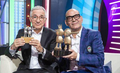 Sará y Corbacho sujetan los trofeos de los Gallifantes.