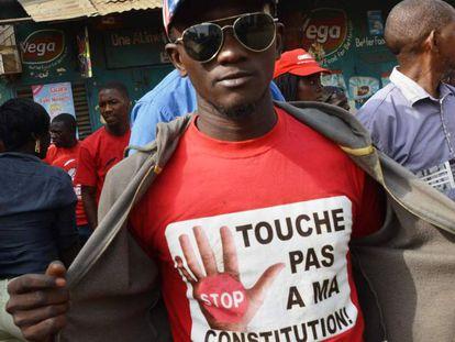 Un joven durante una marcha contra un tercer mandato de Alpha Condé en Guinea, el pasado 6 de enero.