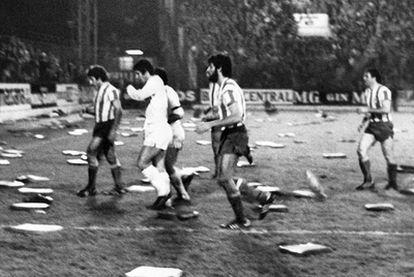 Los jugadores del Sporting y los del Madrid abandonan el campo entre almohadillas.