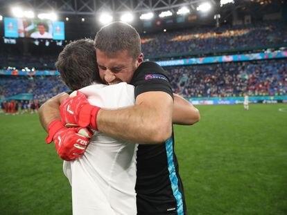 Luis Enrique y Unai Simón se abrazan tras el partido.