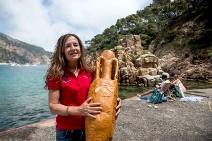 Ana Mata, dueña del centro de buceo Begur Dive, organiza el evento sociocultural Aiguablava Romana. Esta soriana posa con una réplica en papel de las ánforas que se encontraron en el fondo de esta playa.