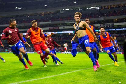 The Cruz Azul footballers celebrate 3-1 against Toluca, in the quarterfinals of the Liga MX.
