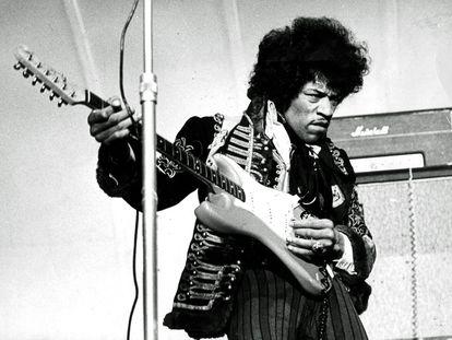 Jimi Hendrix, en una actuación en 1967 en Suecia.