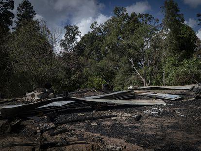 Vista de una casa quemada en la sierra de Guerrero, al sur de México.