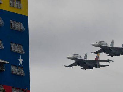Cazas de fabricación rusa Su-30, durante una exhibición del Ejército de Venezuela, en Caracas en 2016.