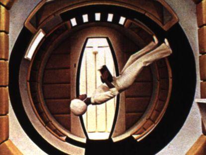 <p>La ciencia ficción ha demostrado ser una ventana al futuro. Numerosos autores han vislumbrado logros que parecían imposibles en su época y que el ser humano ha sido capaz de realizar muchos años después. Julio Verne, Isaac Asimov o H. G. Welles son solo algunos ejemplos de escritores que profetizaron grandes adelantos tecnológicos como la llegada del hombre a la Luna. Su testigo lo han recogido el cine y las series, muchas veces con obras inspiradas en la literatura. En <strong><em>2001: Odisea en el espacio</em></strong>, en la imagen, Kubrick realiza el ejemplo perfecto: tabletas, pantallas táctiles o una superinteligencia artificial son algunas de sus profecías. Así se han predicho los avances del mundo digital que ya están aquí.</p>