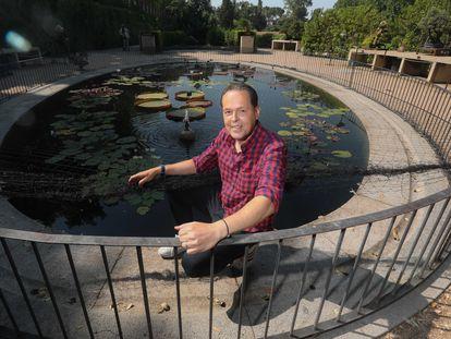 El experto en nenúfares Tomás Escribano posa junto al estanque oval del Real Jardín Botánico.