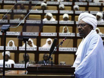 El presidente sudanés Omar al Bashir se dirige al parlamento el pasado 1 de abril.