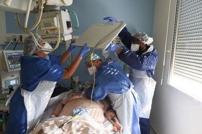 Un paciente con covid-19 atendido en un hospital de Francia.