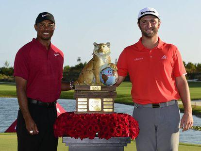Tiger Woods y Jon Rahm, con el trofeo.