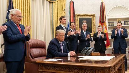 Donald Trump, al anunciar el acuerdo entre Israel y Emiratos Árabes Unidos, en el Despacho Oval de la Casa Blanca, el pasado jueves.