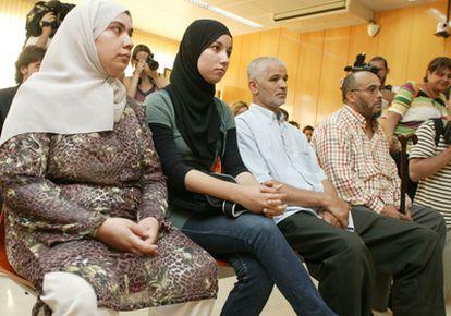 El jefe de la asociación musulmuna de Cunit, el imán y la hija y la esposa de este (desde la derecha) durante el juicio en su contra.