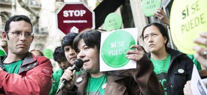 Varias personas hacen escrache frente al despacho de abogados de la diputada del PP Dolors Montserrat en Barcelona.
