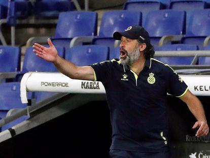 Rufete da instrucciones a sus jugadores durante el partido del Espanyol ante el Real Madrid.