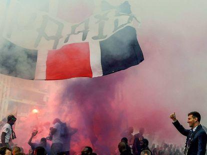 Messi saluda a los hinchas del PSG, este miércoles frente al estadio Parc des Princes de París.