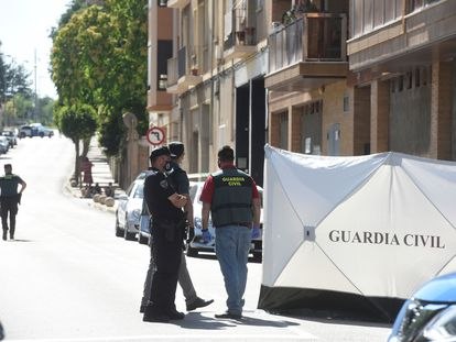 Agentes de la Guardia Civil junto a la vivienda de Barbastro (Huesca) en la que tuvo lugar el asesinato.
