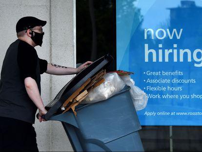 Una tienda de Arlington (Virginia) publicita nuevas contrataciones.