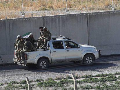 Fuerzas sirias apoyadas por Turquía, el 13 de octubre de 2019, en la frontera entre ambos países.