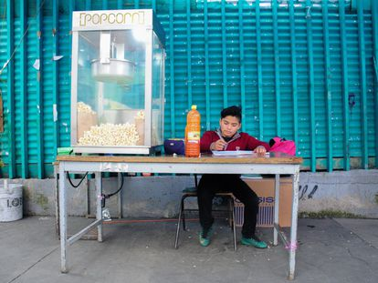 Antonio Morales, como otros niños en México, toma clases en el negocio de sus padres, ya que no tienen con quien quedarse en casa.