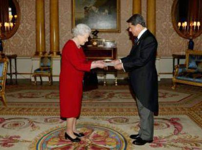 Federico Trillo con la reina Isabel II.