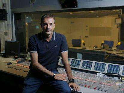 El periodista Manu Carreño, en los estudios de la Cadena SER en Madrid.