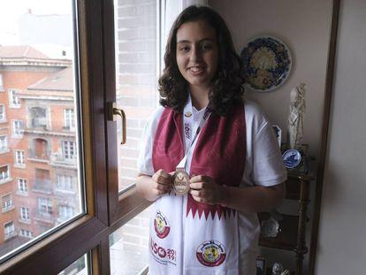 María Lucía Aparicio posa con la medalla ganada en Doha en su casa en Oviedo.