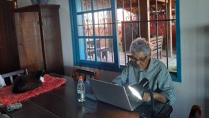 Juan Arias, columnista de EL PAÍS, en su domicilio en Brasil.