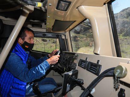 Ángel Escribano, consejero delegado de Escribano Mechanical Engineering, conduciendo la semana pasada un vehículo blindado Vamtac por el cerro El Viso, al suroeste de Alcalá de Henares (Madrid).