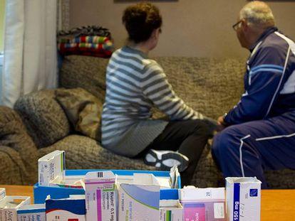 Foto de archivo de José y Toñi, dependiente y cuidadora, con los medicamentos que su marido toma a diario.