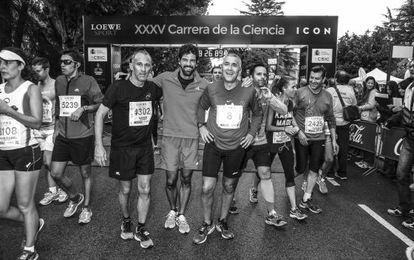De izquierda a derecha, Enrique Serrano, ejecutivo de publicidad de ICON, y Javier Olivares, de ICON Sport, con Miguel Ángel Muñoz.