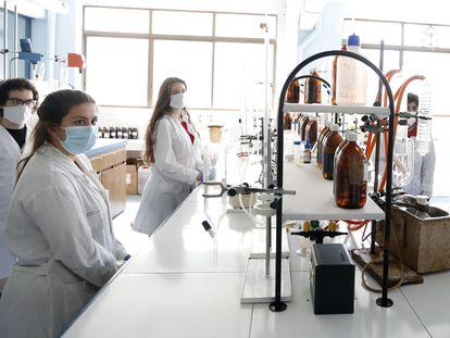 Alumnos del ciclo superior de formación profesional en la rama de Química Industrial, en el instituto de Jesuitas de Bilbao, el pasado mayo.