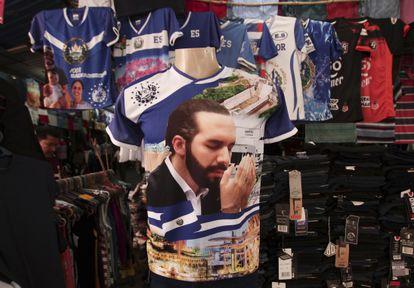 Una camisa con la imagen del presidente salvadoreño Nayib Bukele es vendida en un mercado de San Salvador.
