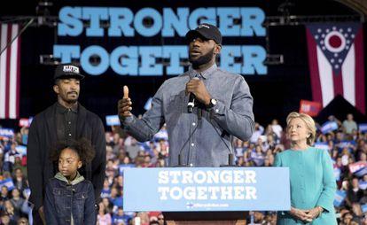 JR Smith, LeBron James y Hillary Clinton, el 6 de noviembre, en Cleveland.