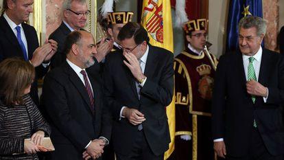 Rajoy habla con el presidente del Constitucional, en presencia de Posada, Santamaría, Fabra y Valcárcel.
