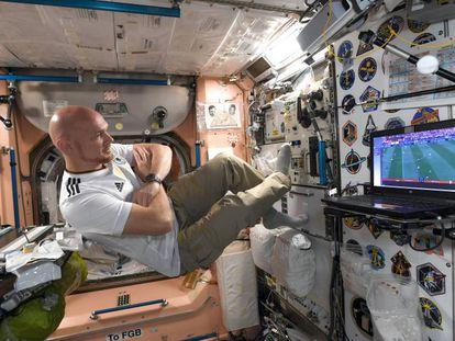 El astronauta alemán Alexander Gerst ve un partido de fútbol a bordo de la ISS en una foto tomada en junio de este año.