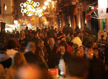 Una imagen de una céntrica calle de Valencia durante la madrugada de ayer.