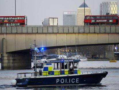 Barcos de la policía metropolitana patrullan cerca del Puente de Londres, tras el ataque con cuchillo de este viernes.