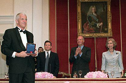 Jan Utzon, con la medalla del Premio Pritzker a su padre. Debajo, la Ópera de Sidney, de Jørn Utzon.