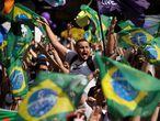 AME3766. SAO PAULO (BRASIL), 12/09/2021.- Ciudadanos se concentran en la avenida Paulista para participar en una jornada de manifestaciones contra el Gobierno del presidente Jair Bolsonaro, hoy, en Sao Paulo (Brasil). La destitución del presidente de Brasil, Jair Bolsonaro, se convirtió en la principal bandera de las protestas realizadas este domingo en diversas ciudades del país, tan solo cinco días después de las masiva movilización de tintes antidemocráticos encabezada por el líder de la ultraderecha. La marcha celebrada hoy fue convocada por los movimientos de centro y derecha que en 2016 movilizaron a millones de personas en todo Brasil para presionar por la apertura de un juicio político con miras a la destitución de la entonces presidenta Dilma Rousseff, del progresista Partido de los Trabajadores (PT). EFE/ Fernando Bizerra