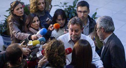 Fernández Sevilla tras presentar su dimisión en la sede regional de UGT.