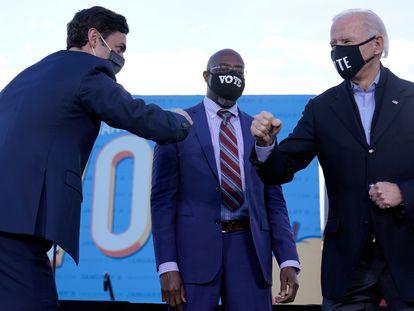 El presidente electo de EE UU, Joe Biden (derecha) con los senadores Raphael Warnock (en el centro) y Jon Ossoff, el 4 de enero.