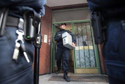 Un oficial de policía saca un ordenador de la mezquita de Taiba, ayer en Hamburgo.